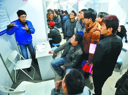 昨日,汇博人才市场,一汽车配件生产企业的招聘人员在招聘技术工人